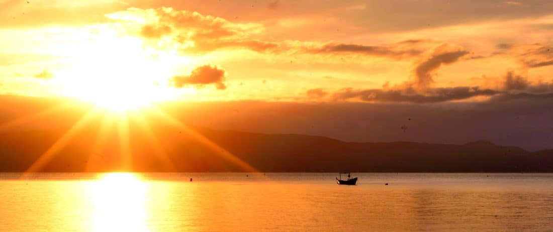 Vue imprégnable d'une levée de soleil sur le lac