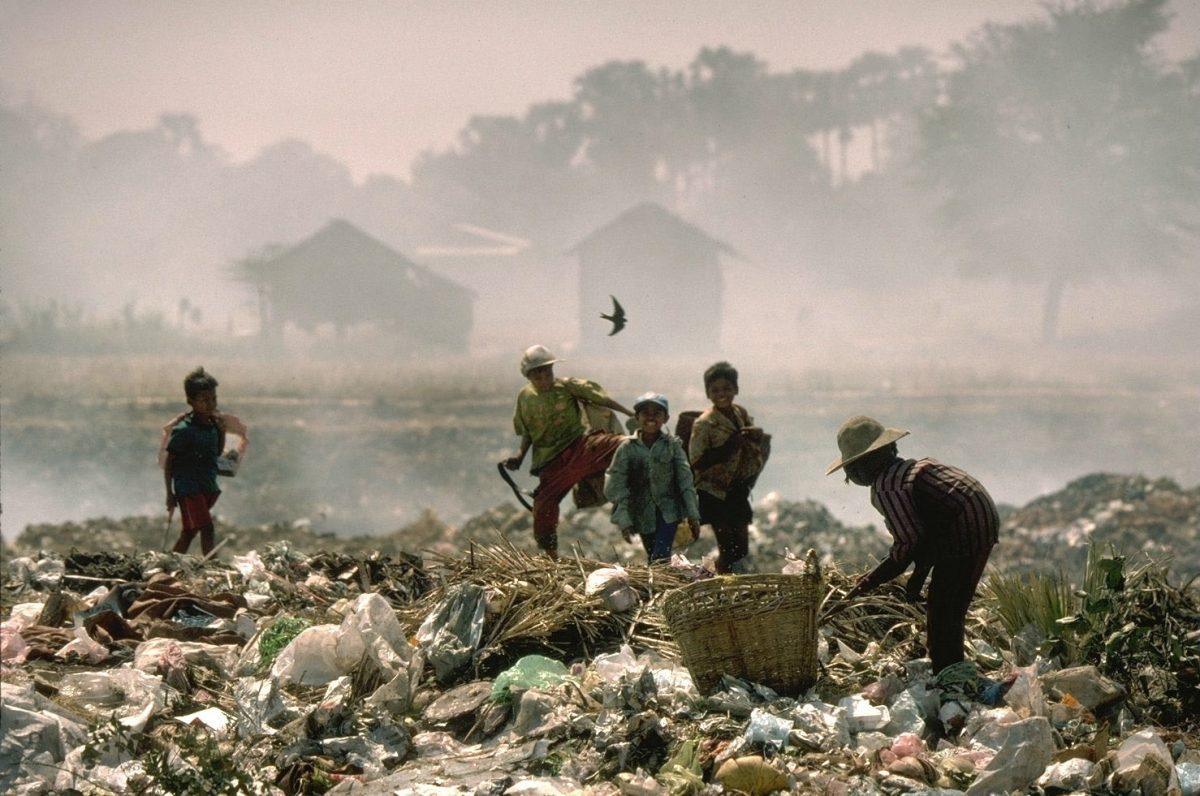 Des gens recyclons des déchets