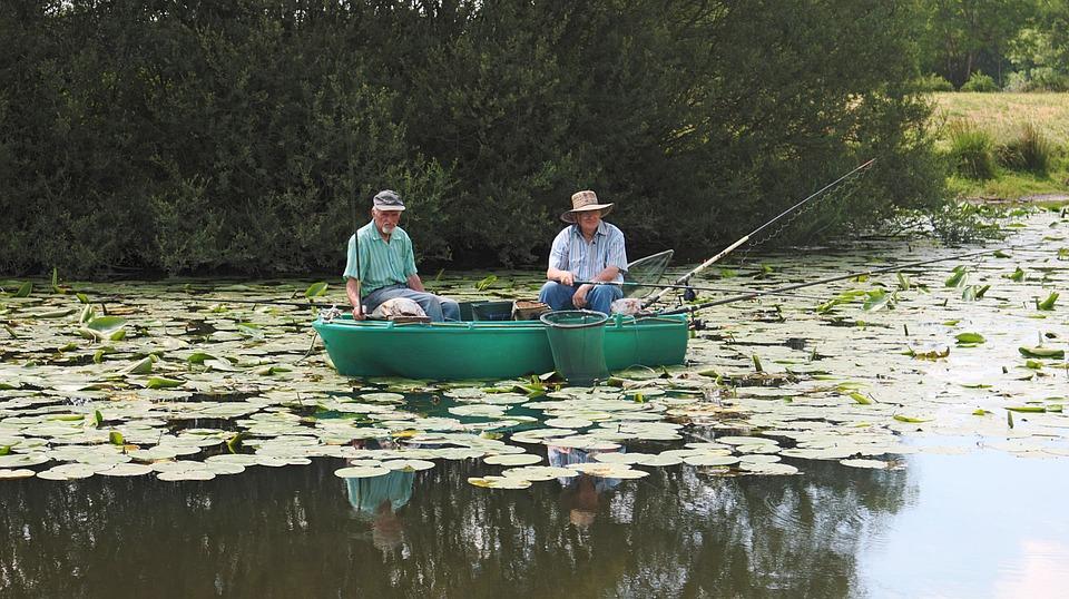 Des vieux qui pêchent sur une rivière