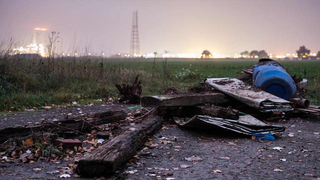 des gros déchets jetés partout