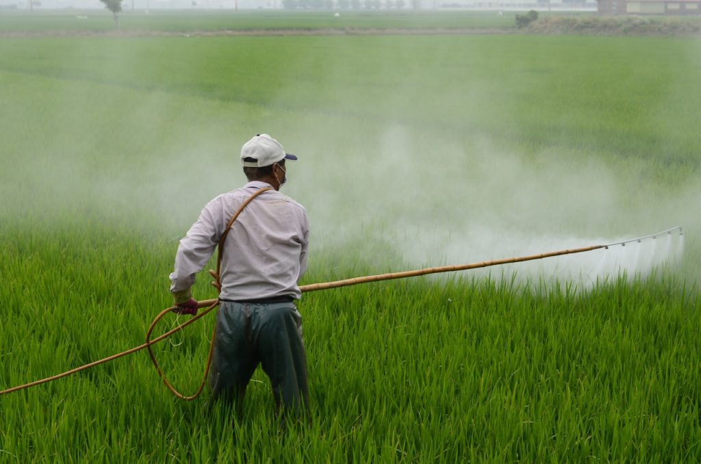 Application de pesticides sur un champ